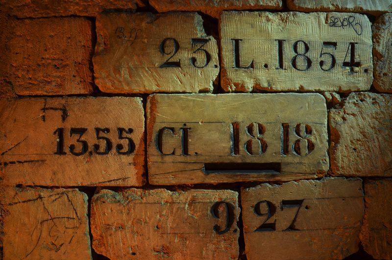 Exemples d'inscriptions dans une galerie sous Paris.