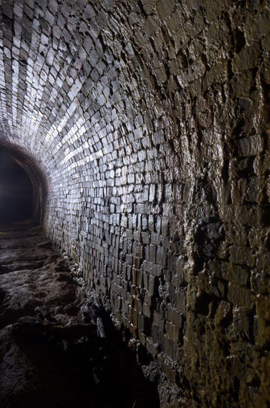 Reflets concrétionnés formés dans le tunnel en briques.