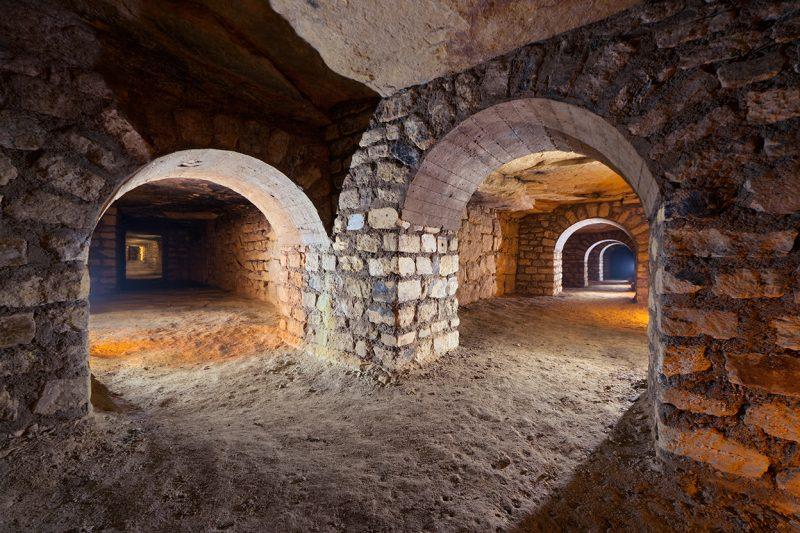 Série d'arches dans une carrière de calcaire.