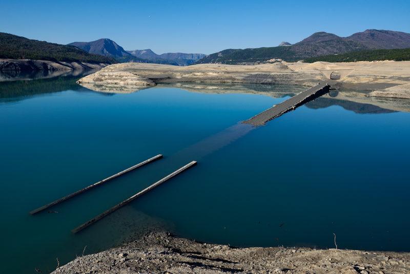 Le pont naufragé s'enfonce peu à peu.