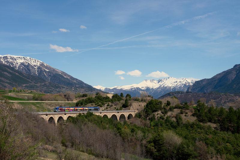 Embrun est au soleil avec ce train traversant le Briançonnais.