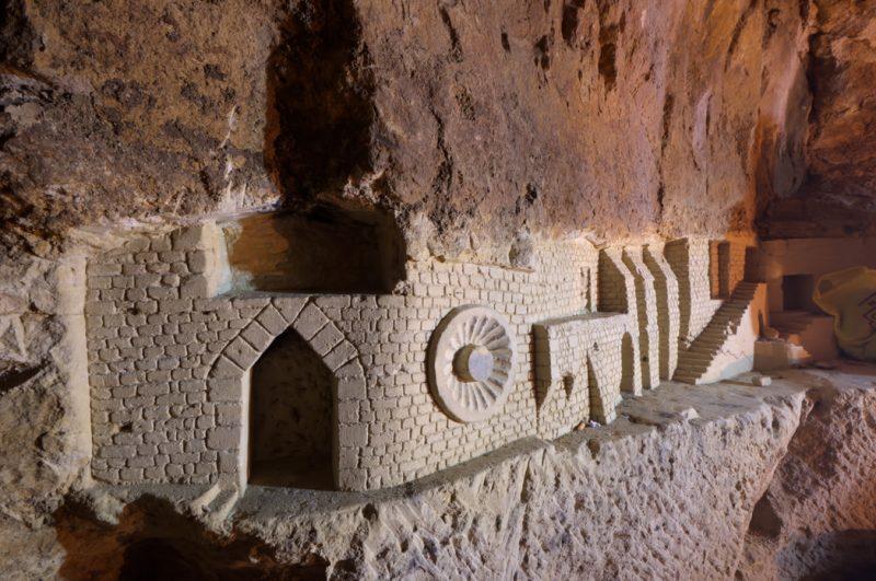 Une petite muraille sculptée dans la pierre.