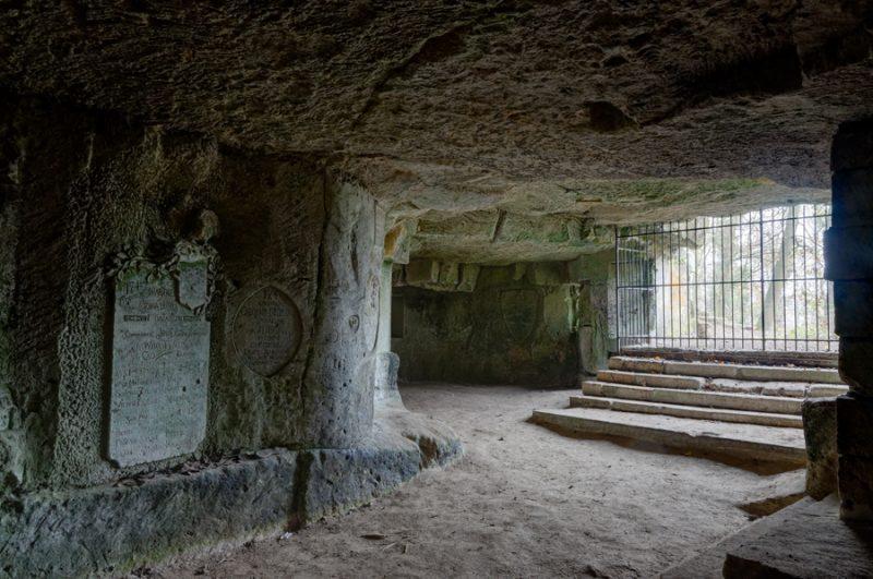 Escalier de cavage d'accès à une carrière souterraine de calcaire.