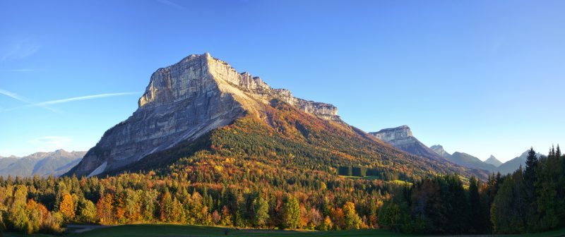 Tel un sphinx endormi, le vénérable Granier veille sur la vallée.