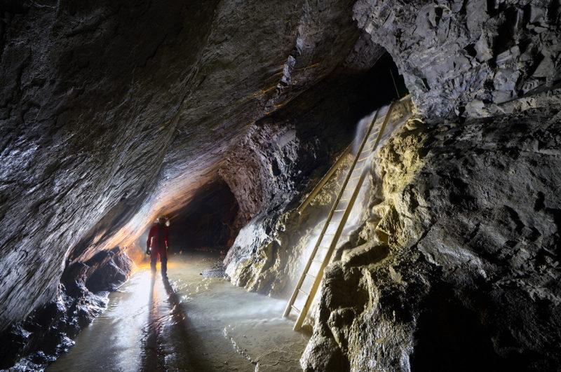 Echelle coulante calcifiée où se forme une chute d'eau en saison humide.