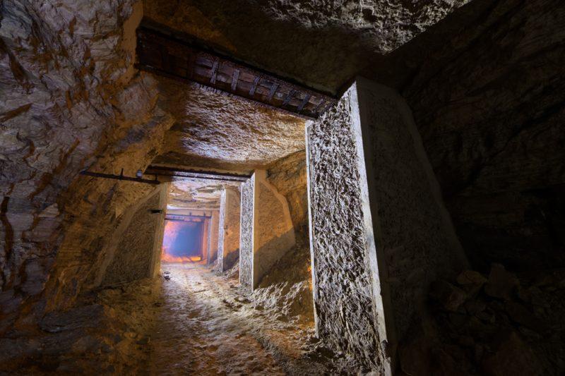 Couloir maçonné en ciment dans un roulage d'accès à une plâtrière.