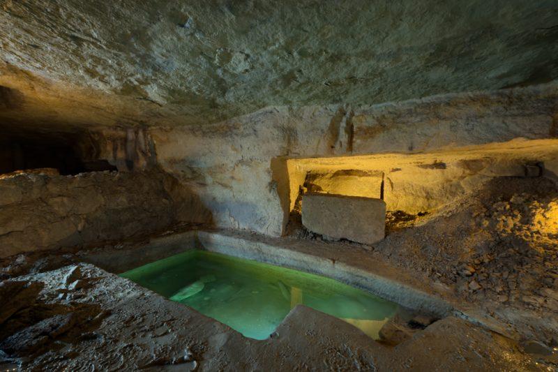 Un bassin et un atelier dans une carrière de calcaire.