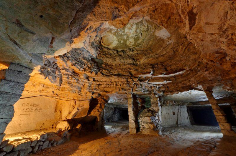 Un vieux fontis dans une carrière souterraine de calcaire.
