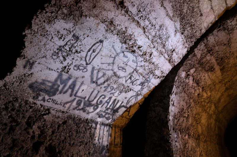 Des graffitis au noir de fumée à la voûte.