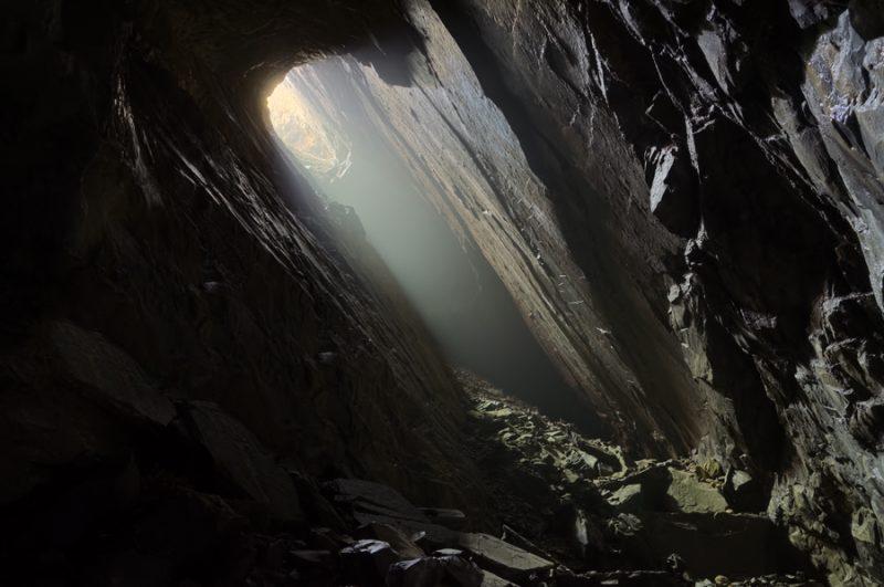 Le puits d'accès et d'aérage d'une carrière de pierre à Ciment.