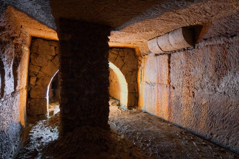 Divers murs dans une ancienne carrière souterraine de calcaire.
