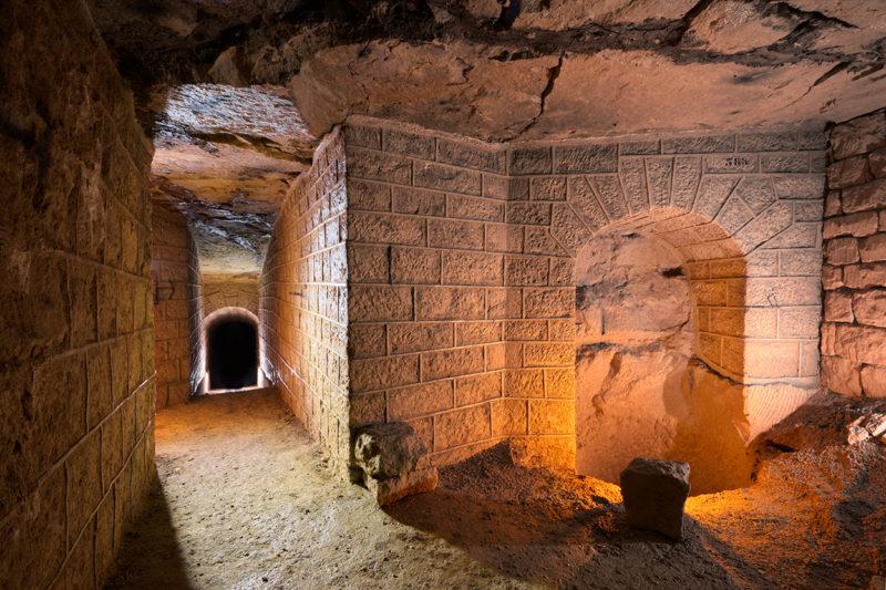 Le puits voûté dans un dédale de galeries d'inspection.