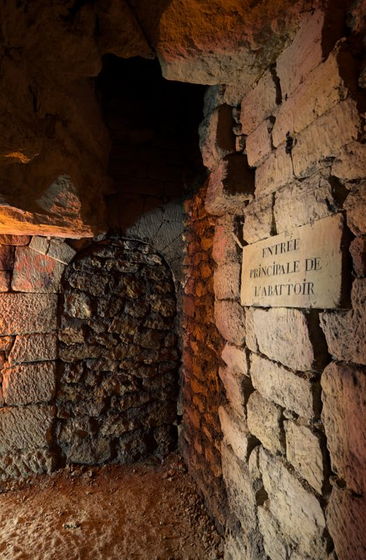 Ancienne inscription mentionnant l'abattoir situé autrefois au dessus de ces galeries. On remarque l'ancienne galerie bouchée.