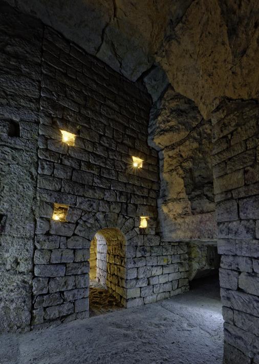 Mur de pierres sèches percé d'une arche.