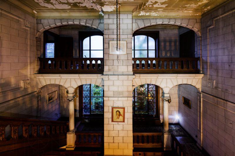 La coursive du hall d'un vieux manoir.