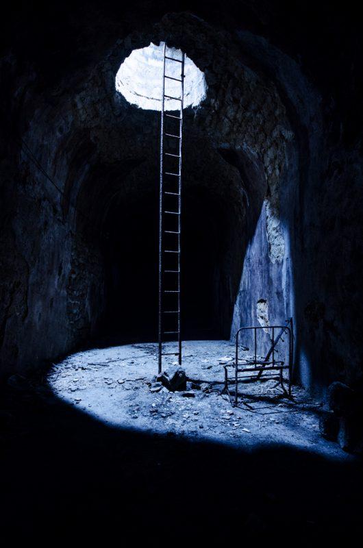 Une lumière théâtrale arrive du puits.