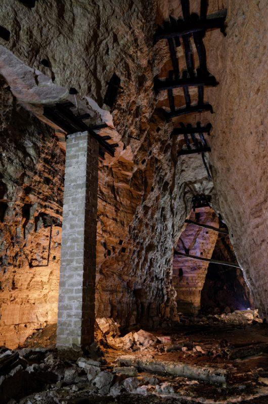 Galerie d'une première masse de gypse avec ses chevillages. La hauteur est de 17 mètres.
