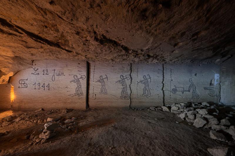Au bagne, fresque en carrière souterraine.