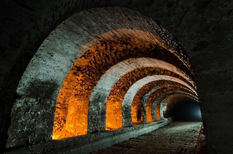 Les voûtes de consolidation d'une galerie forment le squelette d'entrailles souterraines.