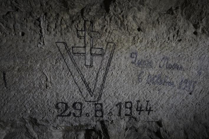 Croix de Lorraine dessinée sur une paroi.