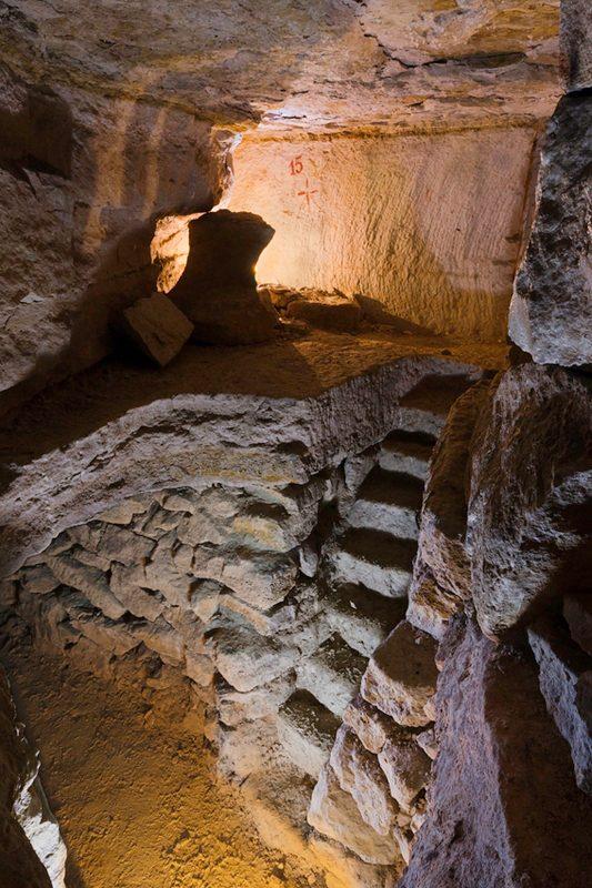 Etages de carrière avec escalier creusé dans la roche.