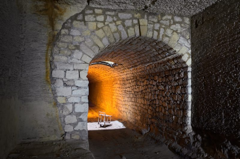 Voûte & lumière dans une carrière de calcaire.
